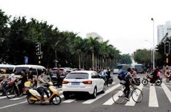 红绿灯未开通 海口红城湖路交通仍混乱