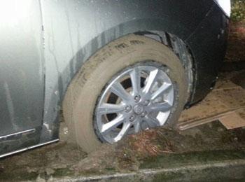 自驾中车轮打滑陷入泥坑 一分钟解决